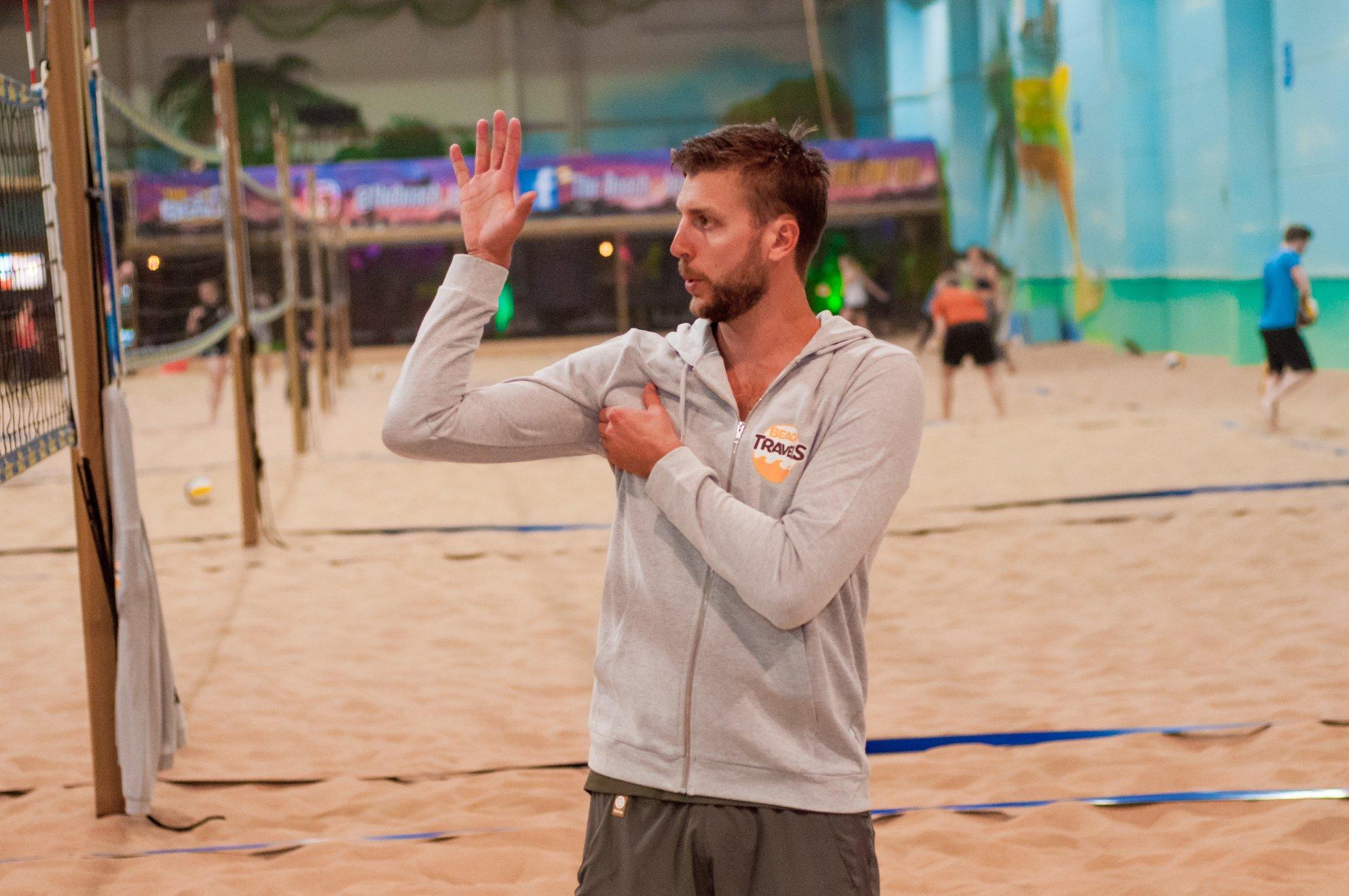 Landslagsspelaren Linus Tholse är tränare i beachvolley